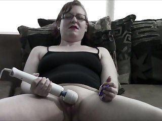 I would love to answer this webcam model's pussy and this slut loves her toy